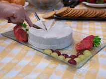 Плита сыра бри с клубникой и виноградинами Стоковая Фотография