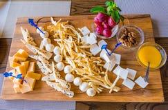 Плита сыра в ресторане Различные разнообразия сыра на деревянном подносе Мед, виноградины и грецкие орехи Стоковая Фотография RF
