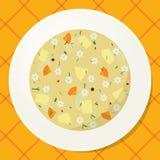 Плита с лапшой и овощным супом на таблице Стоковая Фотография