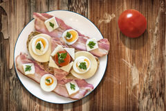 Плита с ветчиной яичка сыра бекона и сандвичем томата на старом Woode Стоковое Изображение