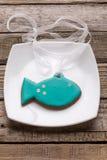 Плита с вкусными печеньями рыб на деревянном столе Стоковые Изображения RF