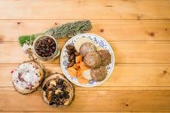 Плита с высушенными плодоовощами и тортами на деревянных поддонниках Стоковое Фото