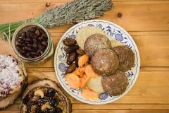 Плита с высушенными плодоовощами и тортами на деревянных поддонниках Стоковое Изображение RF