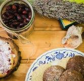 Плита с высушенными плодоовощами и тортами на деревянных поддонниках Стоковая Фотография RF
