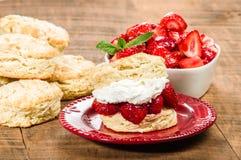 Плита с десертом печенья клубники Стоковое Изображение RF
