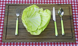 Плита сделанная от капусты и вилки, ножа и ложки рядом с Стоковое Изображение