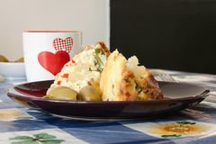 Плита с здоровым вегетарианским кишем с оливками и чашкой сердец Стоковые Фотографии RF