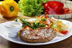 Плита с мясом и салатом стоковые изображения