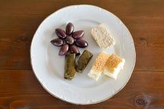 Плита с некоторой едой для голодать Стоковое фото RF