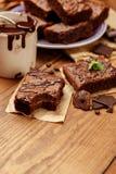 Плита с очень вкусными пирожными шоколада Стоковые Фотографии RF