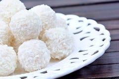 Плита с печеньями кокоса на таблице Стоковая Фотография