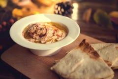Плита с погружением hummus и хлебом пита, общим Стоковые Фото