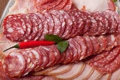 Плита с различными видами отрезанной сосиски и накаленных докрасна чилей Стоковые Изображения RF