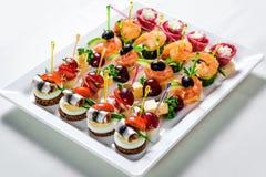 Плита с различными канапе морепродуктов и мяса Стоковое Фото