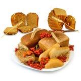 Плита с хлебом и ягодами на белой предпосылке Стоковое Изображение RF