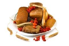 Плита с хлебом и ягодами Стоковые Фотографии RF