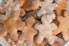 Плита с handmade печеньями на деревянном столе Стоковые Изображения
