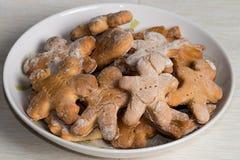 Плита с handmade печеньями на деревянном столе Стоковое Изображение