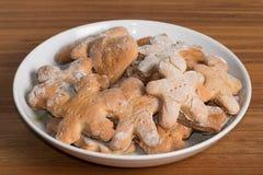 Плита с handmade печеньями на деревянном столе Стоковые Изображения RF