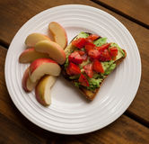 Плита томата и авокадоа на здравице с кусками Яблока Стоковое Изображение RF