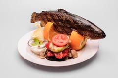 Плита форели с сваренными овощами Стоковые Изображения RF