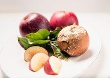 Плита Яблока, свежий и тухлый Стоковые Фотографии RF