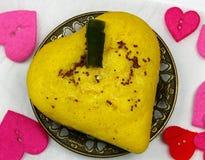 Плита dhokla чечевицы сердца форменного стоковое изображение