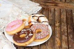 Плита donuts на таблице Стоковое Изображение