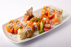 Плита salmon суш с известкой и имбирем Стоковые Изображения RF