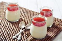 Плитка panna десерта с клубникой Стоковая Фотография RF