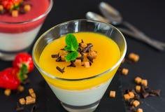 Плитка panna манго и клубники Стоковое Фото