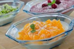 Плитка Panna с мандаринами, ягодами и кивиом Стоковая Фотография