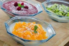 Плитка Panna с мандаринами, ягодами и кивиом Стоковое Изображение RF