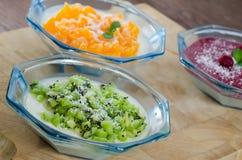 Плитка Panna с мандаринами, ягодами и кивиом Стоковые Изображения RF