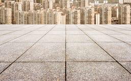 Плитки пола и городской ландшафт стоковое фото