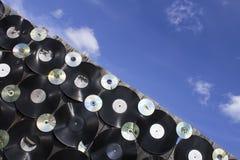 Плиты винила и треснутые диски привинчены к загородке Стоковые Изображения