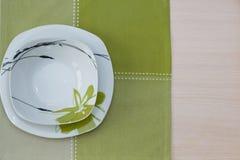 Плиты, деревянный стол скатерти Стоковое Изображение RF