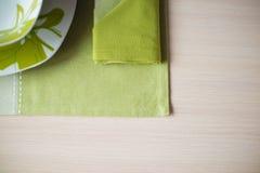 Плиты, деревянный стол скатерти Стоковое фото RF