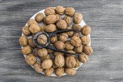 Плиты естественных грецких орехов и грецкого ореха crumbs плита a сухих грецких орехов, самых чудесных изображений грецкого ореха Стоковое фото RF