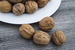 Плиты естественных грецких орехов и грецкого ореха crumbs плита a сухих грецких орехов, самых чудесных изображений грецкого ореха Стоковое Изображение