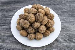 Плиты естественных грецких орехов и грецкого ореха crumbs плита a сухих грецких орехов, самых чудесных изображений грецкого ореха Стоковые Изображения
