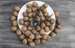 Плиты естественных грецких орехов и грецкого ореха crumbs плита a сухих грецких орехов, самых чудесных изображений грецкого ореха Стоковые Изображения RF