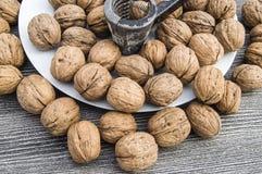 Плиты естественных грецких орехов и грецкого ореха crumbs плита a сухих грецких орехов, самых чудесных изображений грецкого ореха Стоковое Фото