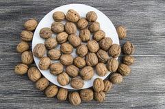 Плиты естественных грецких орехов и грецкого ореха crumbs плита a сухих грецких орехов, самых чудесных изображений грецкого ореха Стоковые Фото
