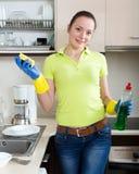 Плиты женщины моя в доме стоковые фотографии rf