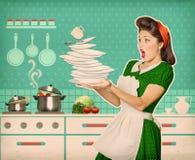 Плиты и блюда топорной привлекательной женщины падая Стоковые Фотографии RF