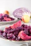 Плиты красной капусты, потушенные с яблоками Стоковые Фотографии RF