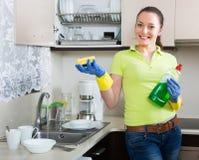 Плиты домохозяйки моя в кухне Стоковое Изображение