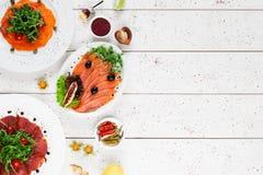 Плиты с копчеными рыбами и мясом, открытым космосом Стоковые Фотографии RF