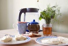 2 плиты с омлетами и чаем Стоковые Изображения RF